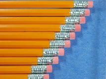 Bleistifte geschwankt auf einer Diagonale Stockfotografie
