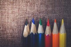 Bleistifte am Gewebehintergrund Stockfotos