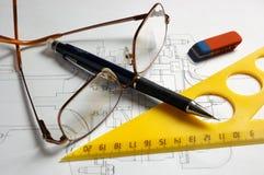 Bleistifte, Gläser und Dreieck Lizenzfreies Stockfoto