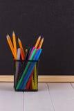 Bleistifte im Stand vor schwarzer Schulbehörde Lizenzfreies Stockfoto