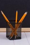 Bleistifte im Stand vor schwarzer Schulbehörde Lizenzfreie Stockbilder