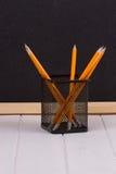 Bleistifte im Stand vor schwarzer Schulbehörde Stockfoto