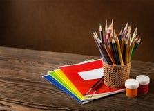 Bleistifte, Lacke und Pinsel Stockbild