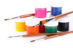 Bleistifte, Lacke und Pinsel auf einem Weiß Stockbilder