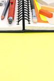 Bleistifte, Malerpinsel, bunte Stücke Kreide mit Sketchbook an Lizenzfreies Stockfoto