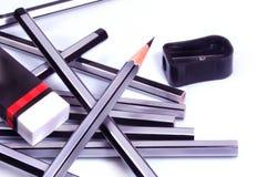 Bleistifte, manueller Bleistiftspitzer und Radiergummi Lizenzfreies Stockfoto