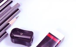 Bleistifte, manueller Bleistiftspitzer und Radiergummi Lizenzfreie Stockbilder