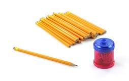 Bleistifte mit Bleistiftspitzer Lizenzfreie Stockbilder