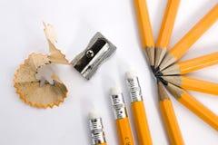Bleistifte mit Bleistiftspitzer Stockfotografie