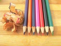 Bleistifte mit dem hölzernem Rasieren Lizenzfreie Stockfotos