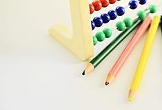 Bleistifte mit dem Lernen des Abakusses Stockfotos