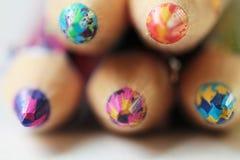 Bleistifte mit den Führungen gemischt von den verschiedenen Farben Stockfoto