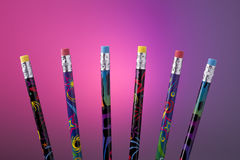 Bleistifte mit den Radiergummis heraus aufgelockert. Lizenzfreies Stockbild