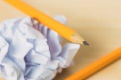Bleistifte mit einem Blatt Papier Ball Stockbild