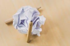 Bleistifte mit einem Stück zerknittertem Papier Stockfotografie