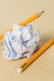 Bleistifte mit einem Stück zerknittertem Papier Lizenzfreie Stockfotografie