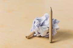 Bleistifte mit einem Stück zerknittertem Papier Lizenzfreie Stockfotos