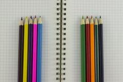 Bleistifte mit Notizbuch Stockfotos