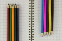 Bleistifte mit Notizbuch Lizenzfreie Stockbilder