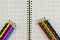 Bleistifte mit Notizbuch Lizenzfreie Stockfotografie