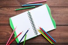 Bleistifte mit Notizbuch Lizenzfreies Stockfoto