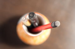 Bleistifte mit Radiergummi im Vase Lizenzfreie Stockfotos