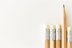 Bleistifte mit Radiergummiseite oben, onewith Tipp, der heraus, auf weißem Hintergrund mit Kopieraum steht Bleistifte mit Radierg Stockfoto