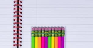 Bleistifte mit Radiergummitipps auf Notizbuchhintergrund Lizenzfreie Stockbilder