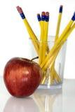 Bleistifte mit rotem Apfel Lizenzfreies Stockfoto