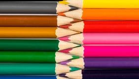 Bleistifte mit Tipps in der Zickzackzusammensetzung Stockfotografie