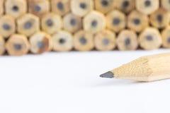 Bleistifte mit unterschiedlicher Farbe über weißem Hintergrund Lizenzfreies Stockbild
