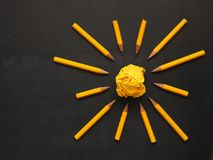 Bleistifte mit zerknittertem Papier, Kreativitätskonzept Lizenzfreie Stockfotos