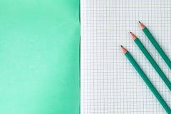 Bleistifte nahe bei dem Schulnotizbuch stockfotos