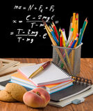 Bleistifte, Notizbücher, Pfirsich und Student verschalen Stockfotos
