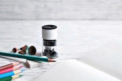 Bleistifte, Notizblock, Bleistiftspitzer, Radiergummi und Schnitzel von den Bleistiften an Stockfotos