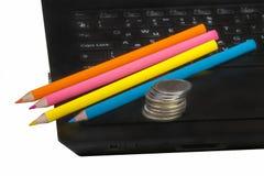 Bleistifte, Notizbuch und Geld Lizenzfreie Stockfotos
