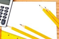Bleistifte, Papier, Rechner und Tabellierprogramm Stockfoto
