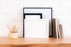 Bleistifte, Rahmen und Bücher Stockfoto