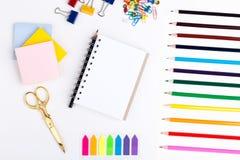 Bleistifte, Scheren und Notizblock Lizenzfreies Stockfoto