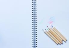 Bleistifte schreiben Notizbuch Lizenzfreie Stockfotografie