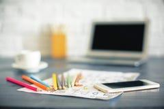 Bleistifte, Skizze und Telefon Lizenzfreies Stockfoto