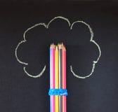 Bleistifte stapeln mit gemaltem Baum Stockfoto