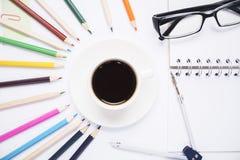 Bleistifte um Kaffeetasse Lizenzfreies Stockbild