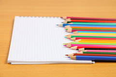 Bleistifte und überprüftes Notizbuch Lizenzfreie Stockfotografie