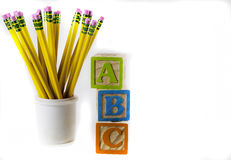 Bleistifte und ABC-Holzklötze Stockbild