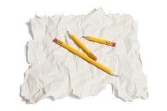 Bleistifte und Altpapier Stockfotografie
