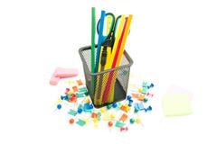 Bleistifte und anderes buntes Briefpapier Lizenzfreie Stockfotos
