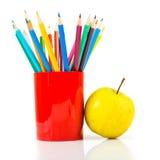 Bleistifte und Apfel. Lizenzfreie Stockbilder