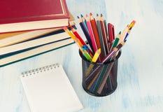 Bleistifte und Bücher Stockfoto