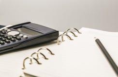 Bleistifte und Bücher Stockfotografie